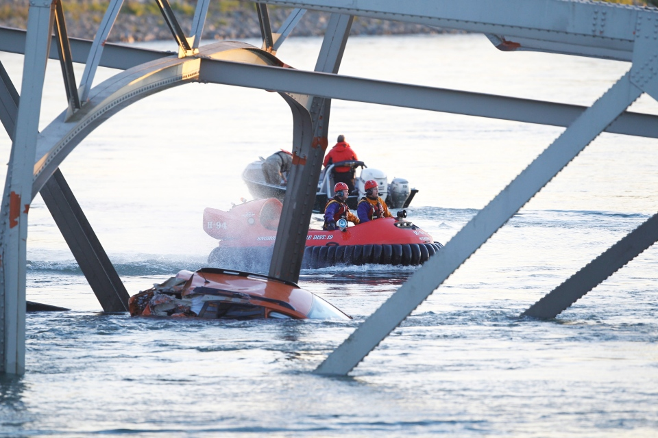 A portion of the Interstate-5 bridge is submerged after it collapsed into the Skagit river dumping vehicles and people into the water in Mount Vernon, Wash., Thursday, May 23, 2013. (AP / Joe Nicholson)
