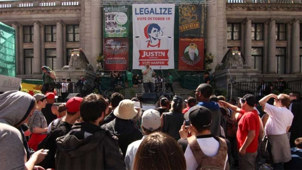 An estimated 25,000 people gathered at the Vancouver Art Gallery at the height of the 4/20 protest in April 2015. (CTV)