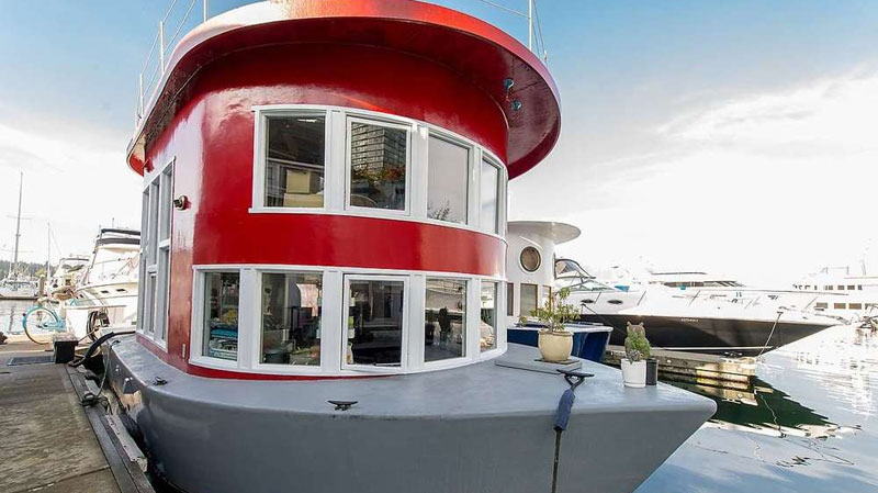 This 470-square-foot float home in Vancouver's Coal Harbour Marina is listed for $299,000, about the price of a bachelor apartment in the pricey neighbourhood. (Judy Ross/www.vancouveruniquehomes.com)
