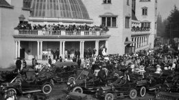 The Pacific National Exhibition wasn&#39;t always home to bright lights, loud rides, strange foods and major concerts. The fair started in 1910 as a showcase for farm animals, athletes and brand new appliances, and an opportunity for local entrepreneurs to mingle and search for investors. <br> Go back in time with these photos of the PNE, stored in the City of Vancouver&#39;s online archives. <br><br> Crowds gather at Hastings Park for the opening of the first Vancouver Exhibition in 1910. (City of Vancouver Archives)