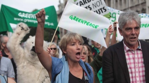 British actress Emma Thompson, centre and John Sauven from Greenpeace join an estimated 40,000 thousand people marching from the Embankment via Whitehall to the Houses of Parliament in London, Sunday, Sept. 21, 2014 as part of the People's Climate March, a worldwide mobilisation calling on world leaders to commit to urgent action on climate change and 100% clean energy. (John Cobb/AP)