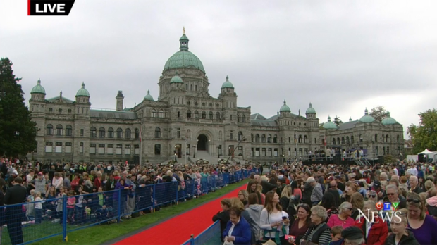 Thousands of royal enthusiasts pack the lawn of the B.C. Legislature ahead of the arrival of the Duke and Duchess of Cambridge on Sept. 24, 2016. (CTV)