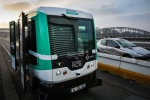 A self-driving bus shuttles between Austerlitz station and Lyon station in Paris, produced by Easymile company in Paris on January 23, 2017. (© GEOFFROY VAN DER HASSELT / AFP)